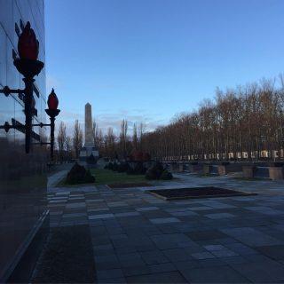 Memoriale sovietico Schönholz 📩 Approfondimenti nella prossima Newsletter. Per riceverla link in bio 📭 #berlin #berlino #berlinotour #berlinoexplorer #tour #sowietischesehrenmal #schönholzerheide
